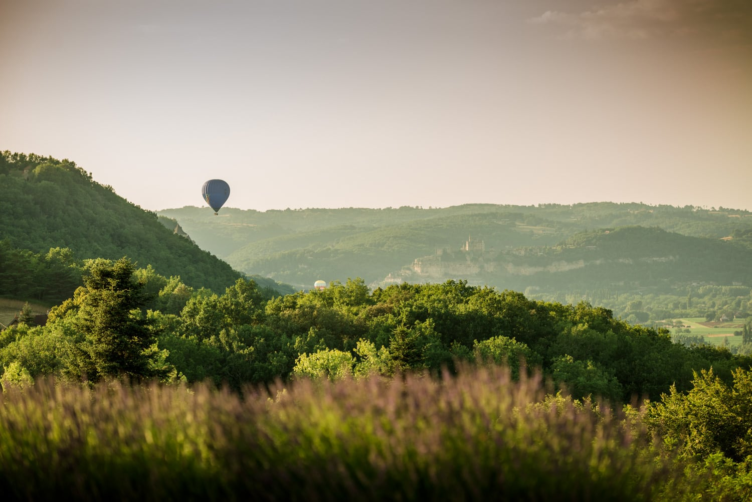 hot air ballon over Chateau de Lacoste