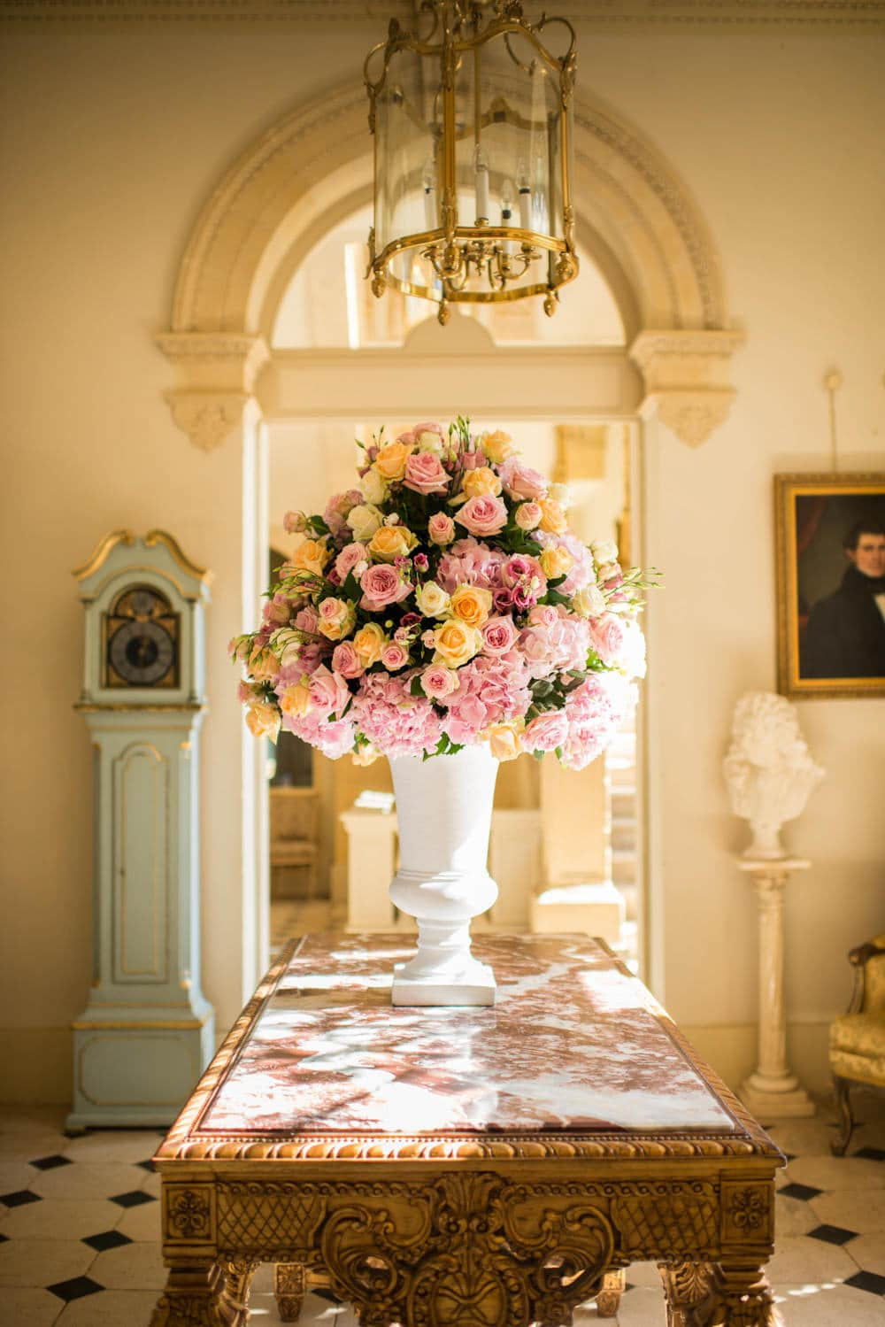 Wedding florist in France, pink and peach roses.