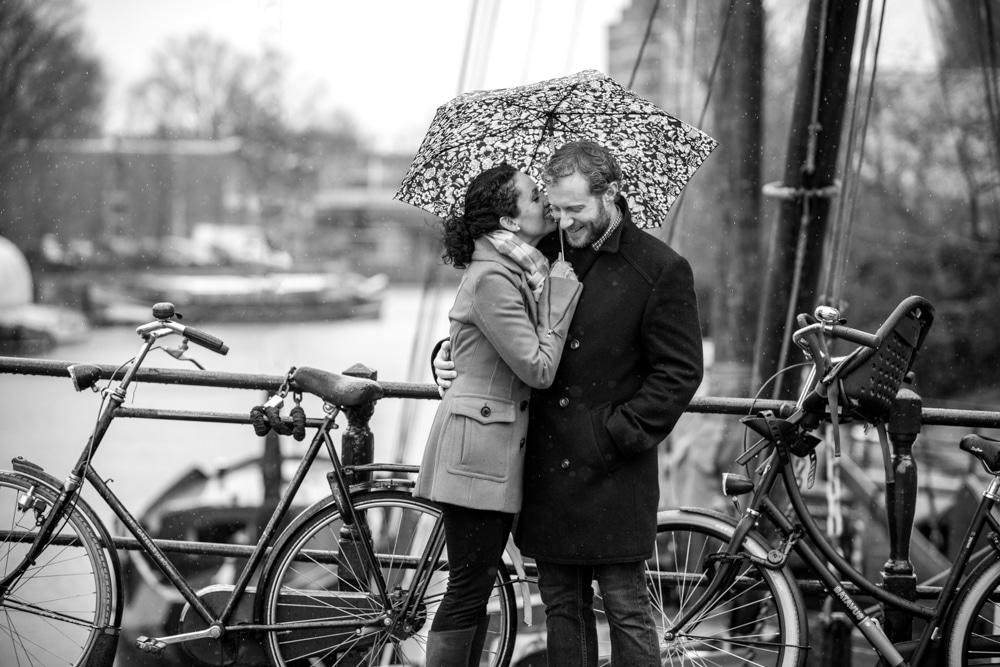 Engagement photographer Amsterdam, couple in the rain
