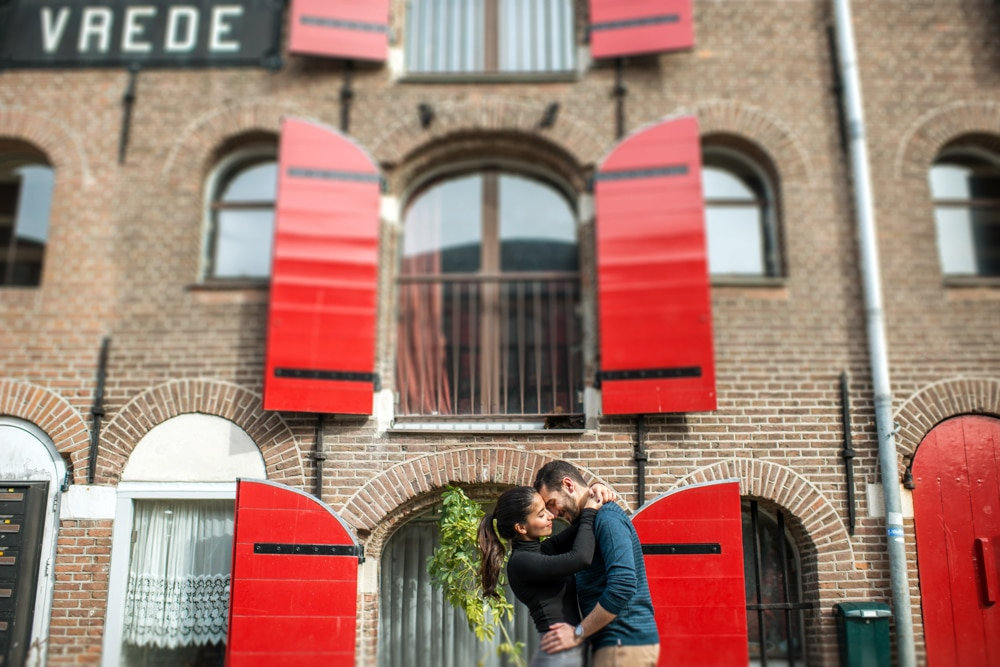 red shutters in Amsterdam, couple kissing