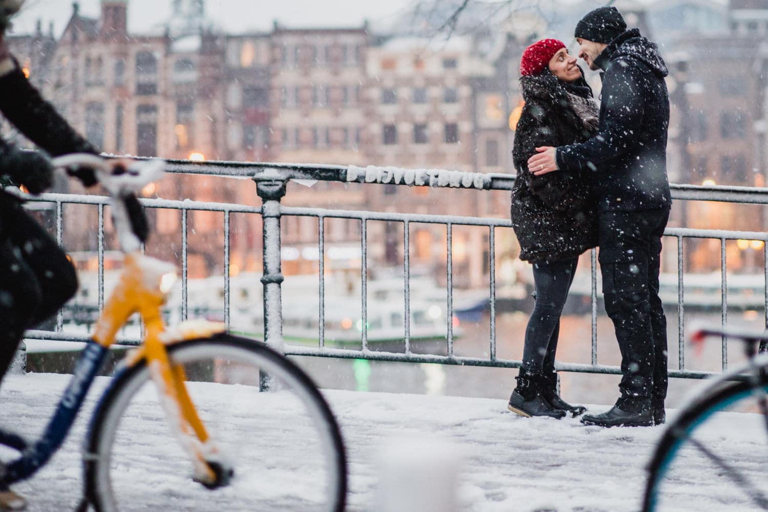 couple kissing in snow in Amsterdam