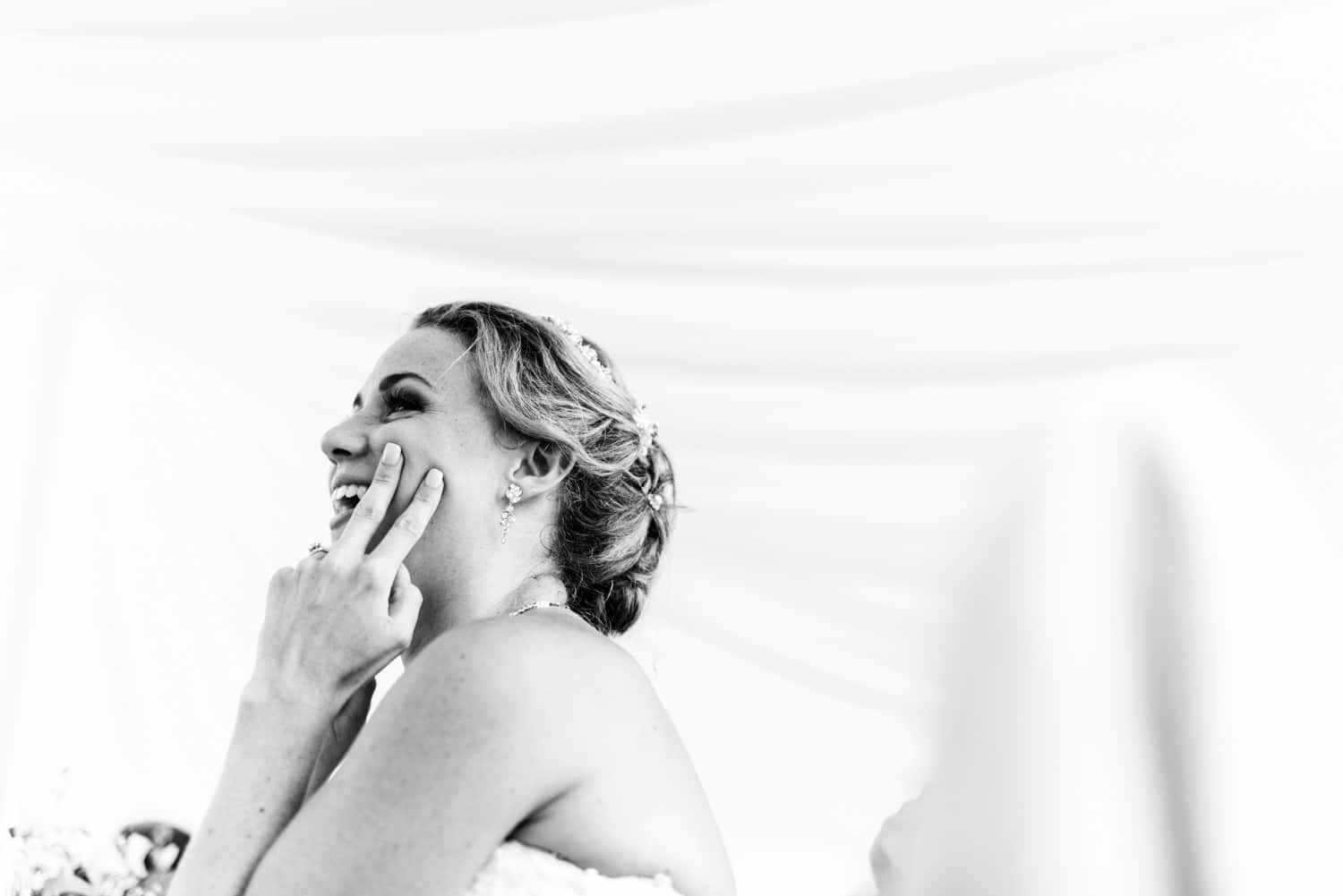 bride sticking two fingers up during speeches