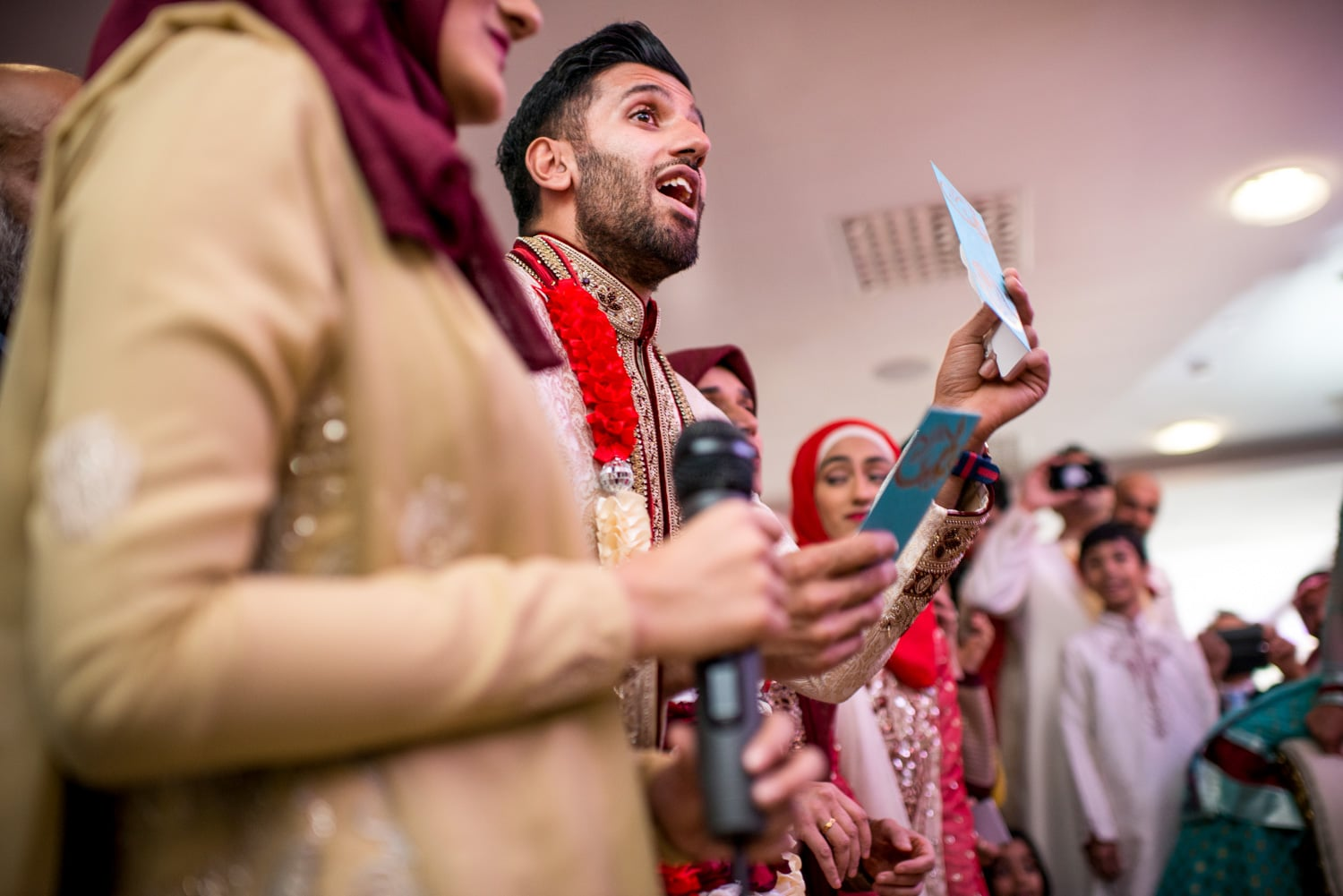 muslim wedding traditions, groom offering the ladies money